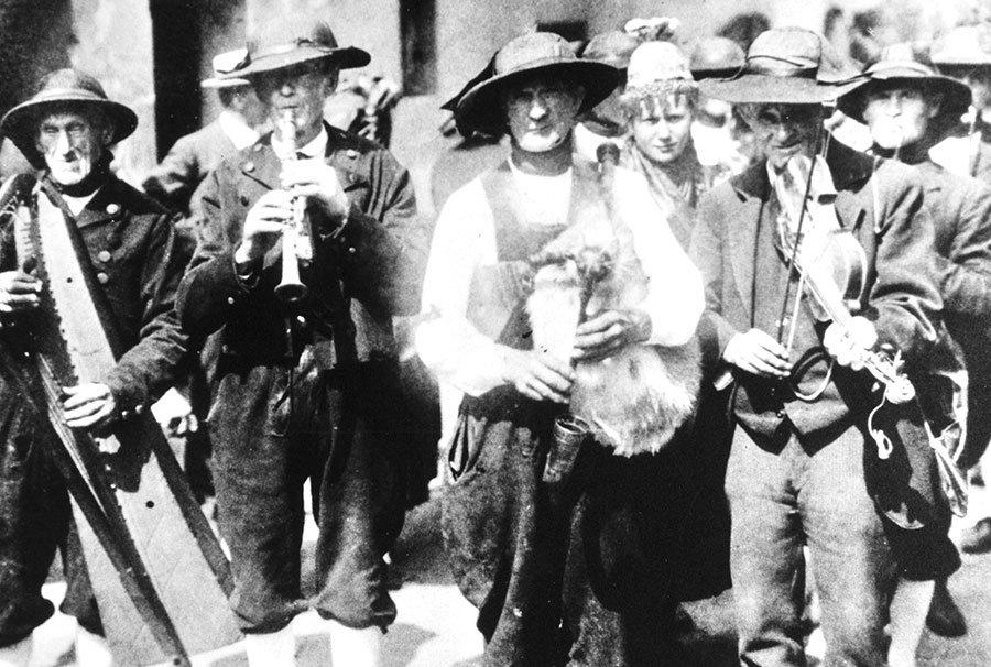 Hochzeitszug mit Egerländer Musikanten, um 1920