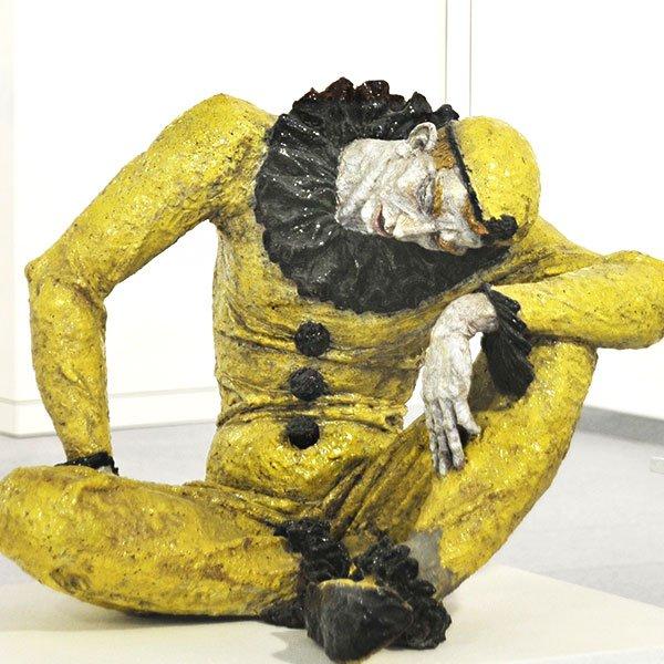 Willy Russ, * 1888 Schönfeld, + 1974 Merkershausen, Sterbender Pierrot, 1930-er Jahre, Keramik, glasiert | Umírající pierot, 30. léta 20. století, keramika, glazura